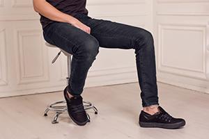 Как сочетать джинсы и обувь мужчине?